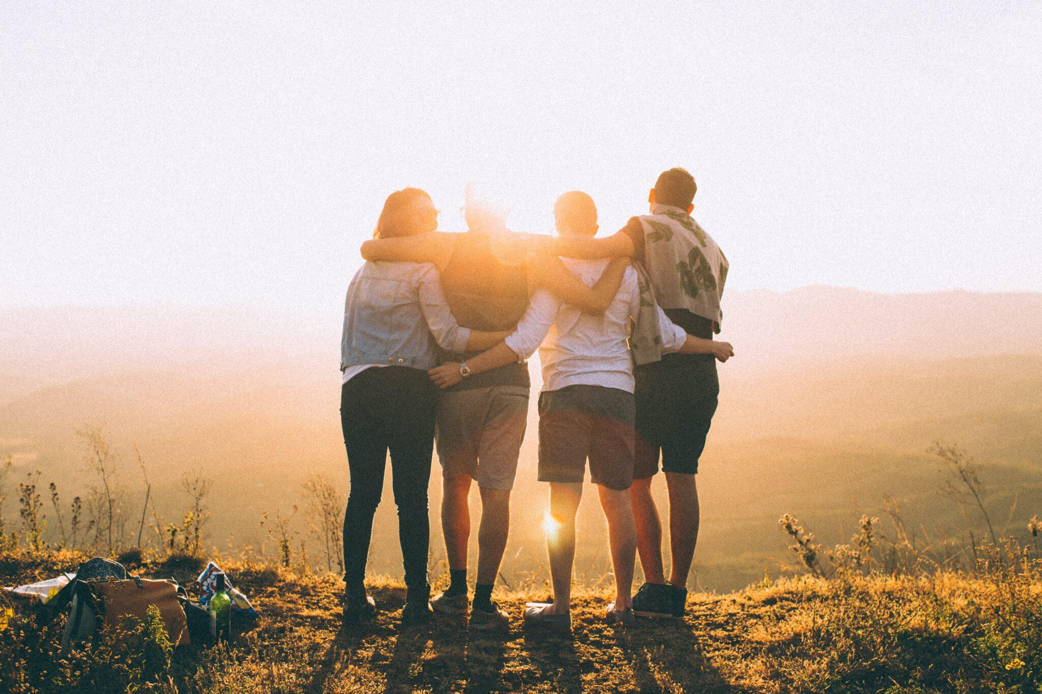 Jugendliche im Sonnenuntergang