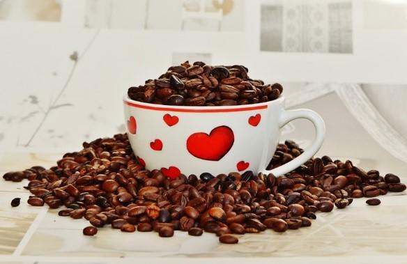 Tasse mit Kaffeebohnen